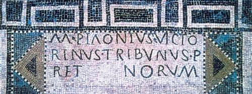 """Abb. 2: """"Mosaikboden mit Inschrift des Prätorianer-Tribuns M. Piaonius Victorinus. Um 260 n. Chr."""" [RL 95, Abb. 8g]"""