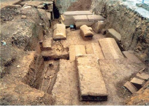"""Abb. 8: """"Spätantike Bestattungen in Steinsarkophagen und schlichten Erdgräbern im Bereich des Abteivorplatzes"""" (St. Matthias) [RL 137, Abb. 26d]"""