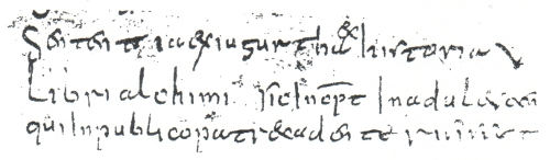 """Abb. 7: Die Stelle in der Berliner Sammelhandschrift Diez B 66, die auf die Bücher des Alchimus (""""Libri alchimi"""") verweist. Zwischen den """"alchimi"""" und dem folgenden """"Sic incipit"""" erscheint eine Lehrstelle, die Rätsel aufwirft angesichts der Enge, mit der das gesamte Florilegium – angeblich ein Verzeichnis der Titel in der """"Hofbibliothek"""" Karls d. Gr. – geschrieben ist. Sollte in dem ohnehin mit Reagenzmitteln behandelten Verzeichnis ein """"e"""" in Wegfall gekommen sein?"""