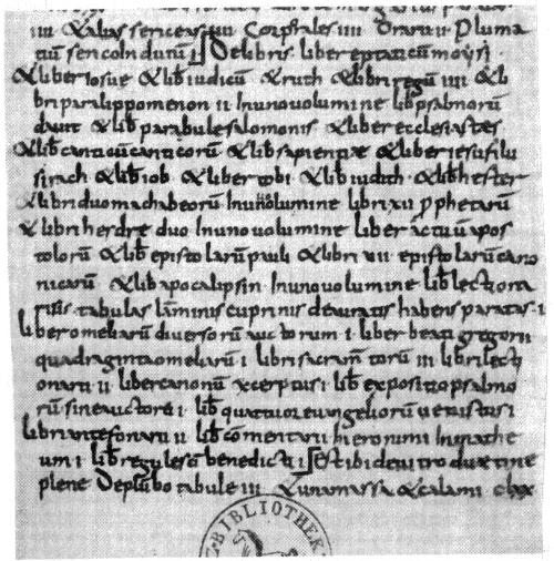 """Abb. 5: Bücherverzeichnis des Klosters auf der Insel Wörth im Staffelsee, eindeutig in einer karolingischen Minuskel (das Gesamtverzeichnis steht zwischen den eckigen Marken). Der zugrunde liegende Text ist zeitgleich mit dem """"Capitulare de villis"""" entstanden, um 770 – 800. Warum hatte das unbedeutende Wörth eine unvergleichlich bessere Bibliothek als Fulda?"""